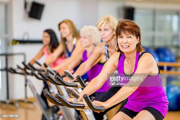 Gruppe von Personen auf Heimtrainern im Fitness-Klasse