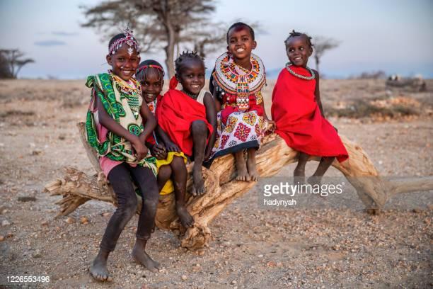 grupp afrikanska små barn från samburu stammen, kenya, afrika - kenya bildbanksfoton och bilder
