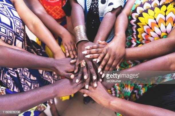 団結して手を結ぶアフリカの女性のグループ - ザンビア ストックフォトと画像