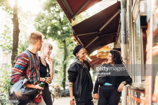 ベルリンでケバブを得る代替青少年のグループ - フリードリッヒハイン ストックフォトと画像