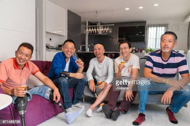 スポーツ観戦、家でビールを飲むふぐ男性友人のグループ