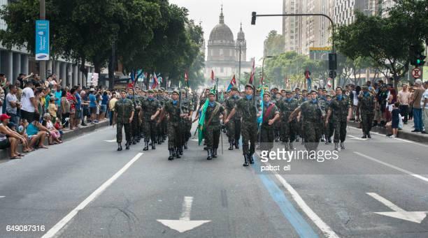 grupo de soldados do exército marchando durante desfile - marchar - fotografias e filmes do acervo