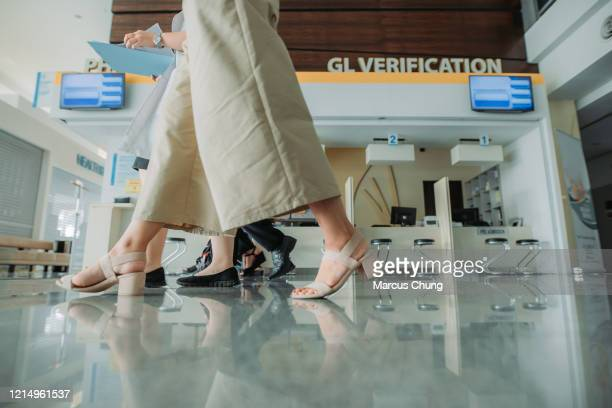 un groupe de médecins multiethniques asiatiques marchant ensemble et ayant la discussion avec le visage souriant à l'hôpital de hall - hijab feet photos et images de collection