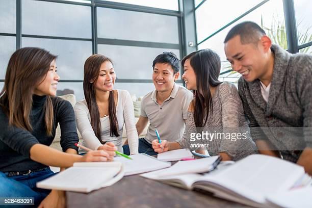 アジアの学生グループ