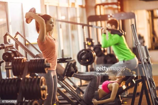 grupo de atletas com treinamento em um health club desportivo. - academia de ginástica - fotografias e filmes do acervo