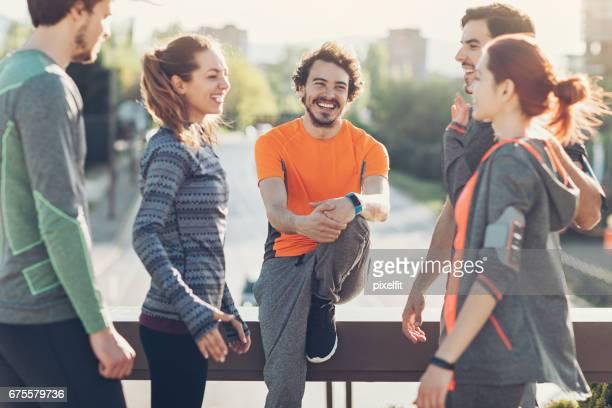Gruppe von Athleten in aufgeregt Diskussion