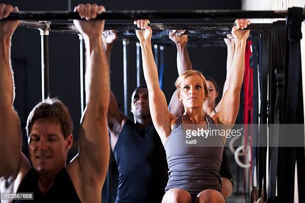 Grupo de atletas no ginásio