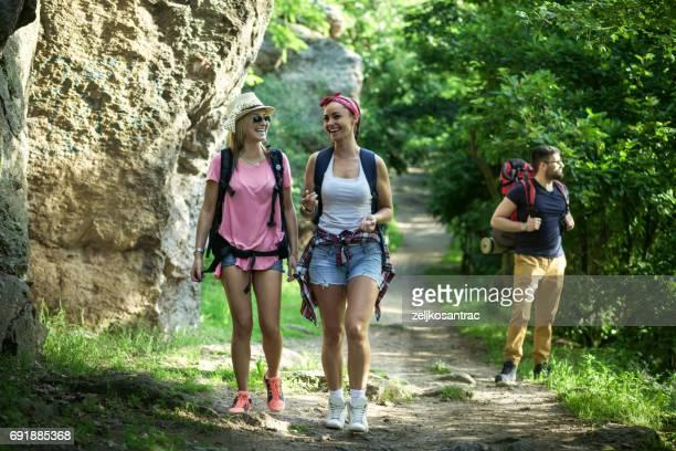 Gruppe von Rucksacktouristen Wandern