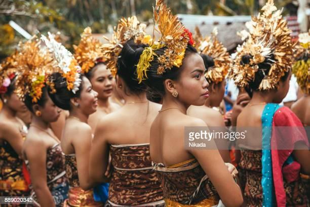 Gruppe von schönen balinesischen Frauen in traditionellen Kostümen