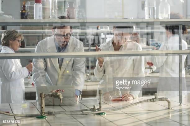 Groep van biochemici werkt aan een nieuw onderzoek in het laboratorium.