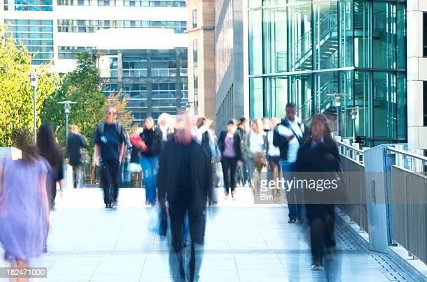 Gruppe von verschwommen Menschen zu Fuß in ein Financial District