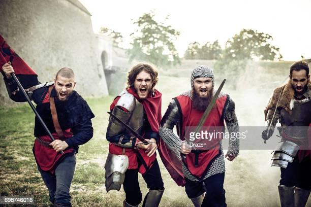 Groep van dappere ridders lopen in de strijd