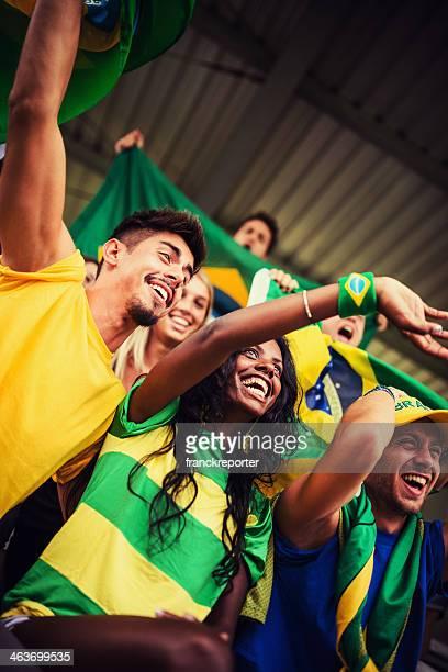 grupo de torcedores brasileiros no estádio - evento de futebol internacional - fotografias e filmes do acervo
