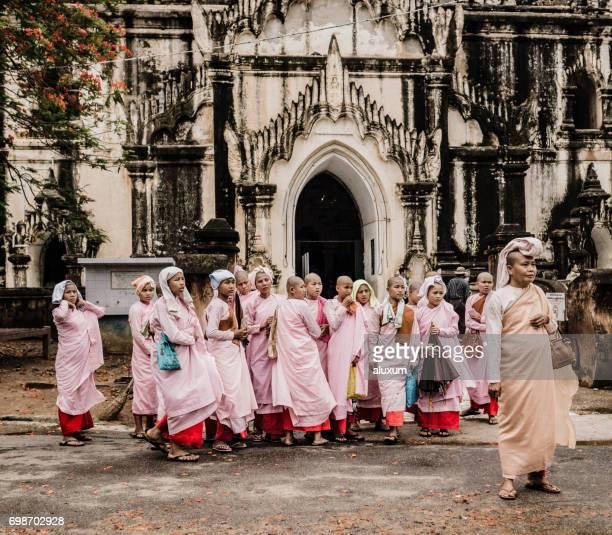 grupo de monjas budistas en lo que bin nyu templo bagan myanmar - monja fotografías e imágenes de stock