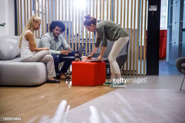 gruppo di colleghi di lavoro che collaborano a un progetto nella sala uffici - big tech foto e immagini stock