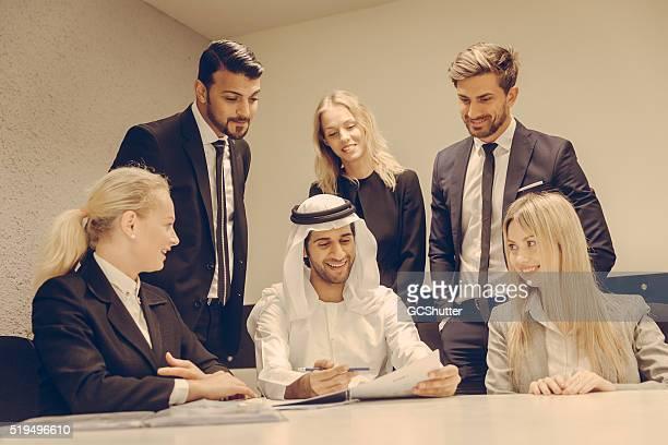 Groupe de dirigeants d'affaires heureux avec des rapports.