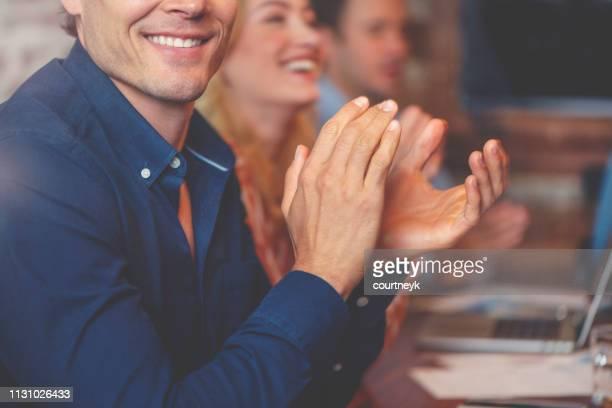 grupo de executivos que aplaudem em um seminário. - prêmio - fotografias e filmes do acervo