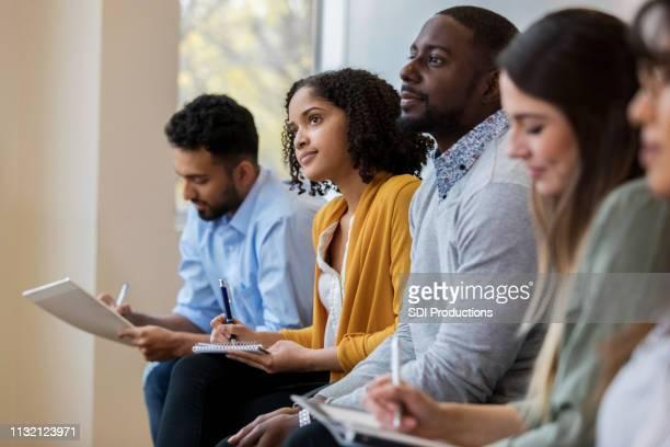 groep van zakenmensen concentraat tijdens opleidings klasse - workshop stockfoto's en -beelden