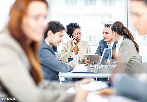 Groupe de gens d'affaires discuter de travail