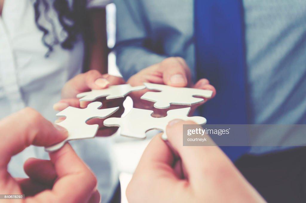 ジグソー パズルのピースを保持しているビジネス人々 のグループ。 : ストックフォト