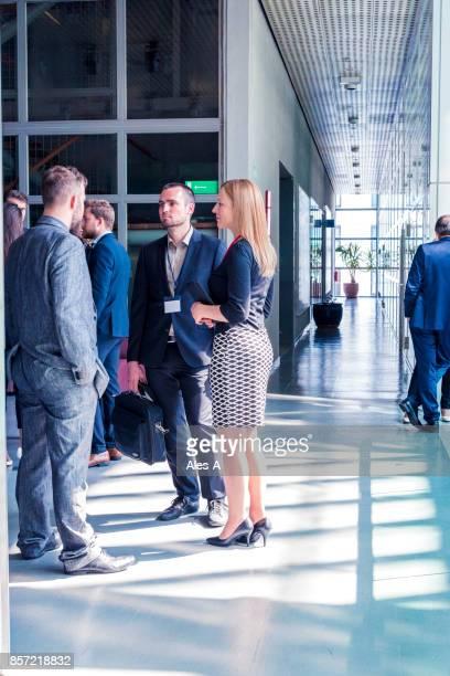 Groupe de gens d'affaires dans le hall du centre affaires