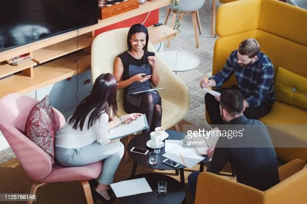 groupe de gens d'affaires dans la cafétéria du bureau - colleague photos et images de collection