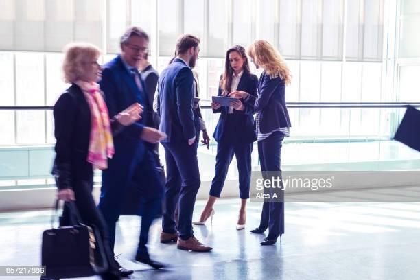 Groupe de gens d'affaires dans le bureau Hall