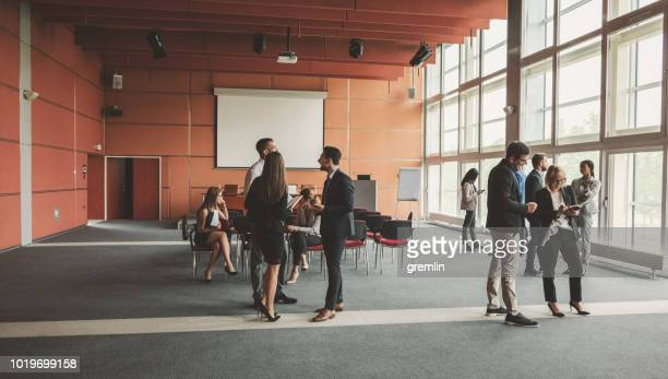 gruppe von geschäftsleuten im konferenzraum - weitwinkel stock-fotos und bilder