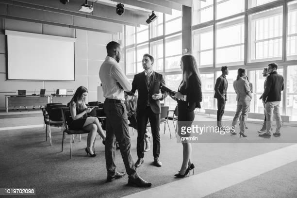 grupo de gente de negocios en la sala de conferencias - blanco y negro fotografías e imágenes de stock