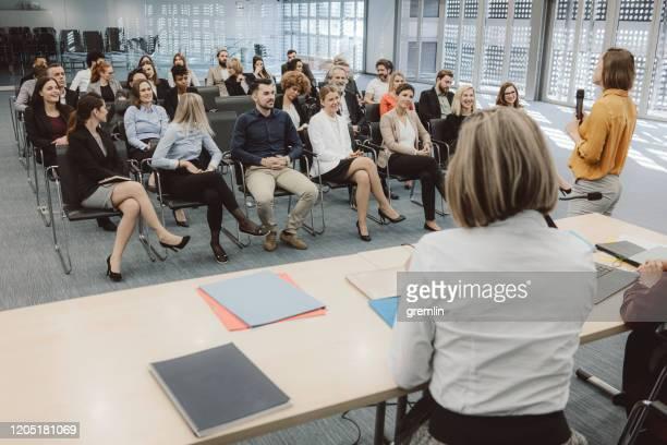 コンベンションセンターのビジネス・ユーザーのグループ - パネル討論 ストックフォトと画像