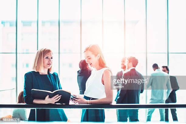 Gruppe von Geschäftsleuten im Büro Gebäude lobby