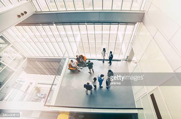 Gruppe von Geschäftsleuten im Büro-Gebäude