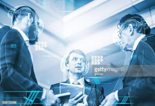 Grupo de Gente de negocios en simulador de realidad virtual