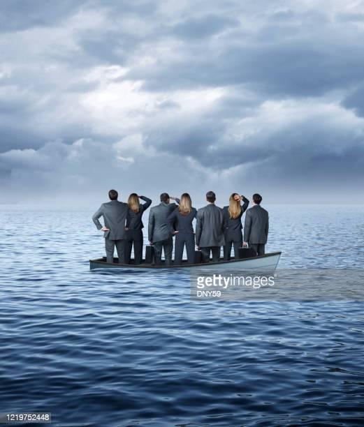 grupo de empresários em barco afundando - failure - fotografias e filmes do acervo