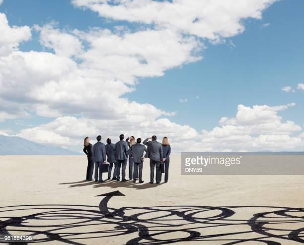 Gruppe von Geschäftsleuten, die Suche nach Klarheit