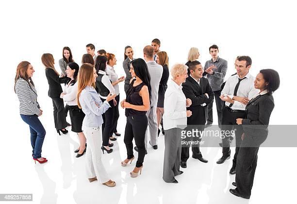 Grupo de personas de negocios de pie y hablar con los demás.