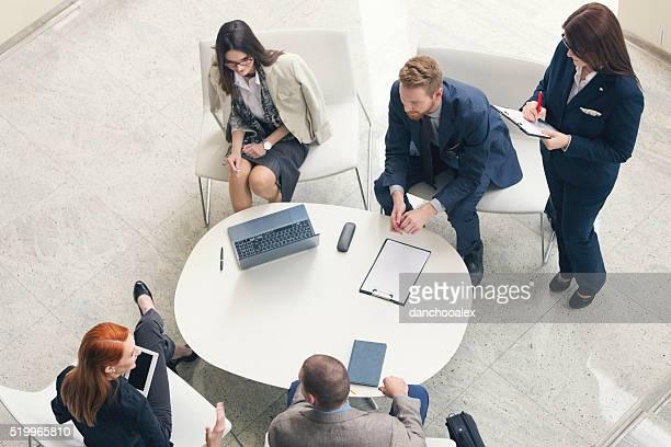 Eine Gruppe von Geschäftsleute sprechen Aufnahme von oben