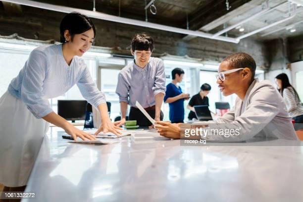 互いに話しているビジネス人々 のグループ - ミーティング ストックフォトと画像