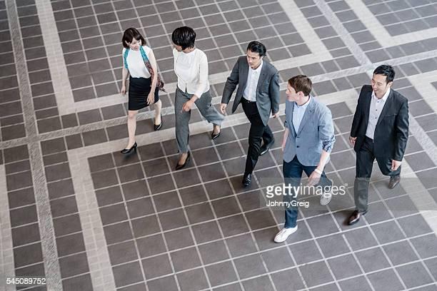 のグループ実業家ウォーキングて、高角度のビュー