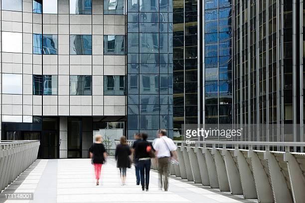 Gruppe von Business-Menschen zu Fuß in Richtung Büro-Eingang