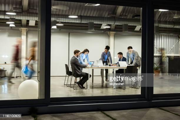 groep van zakelijke mensen die op computers te laat op kantoor werken. - netjes informeel stockfoto's en -beelden