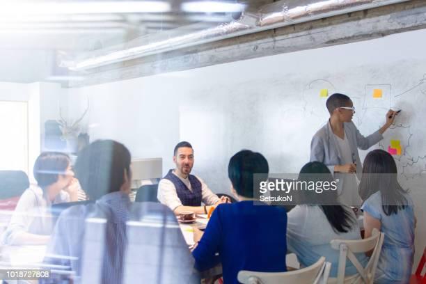 gruppe von unternehmen arbeiten menschen treffen - lehnend stock-fotos und bilder