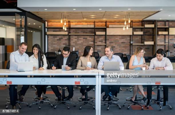 Groupe de gens d'affaires travaillent en ligne au bureau