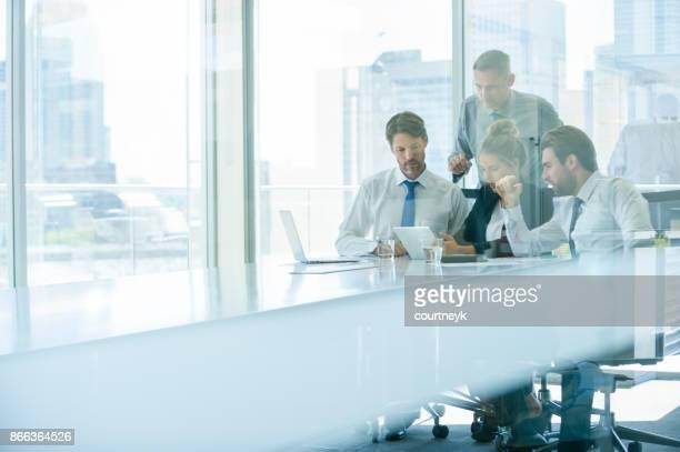 Groep van mensen uit het bedrijfsleven werken.