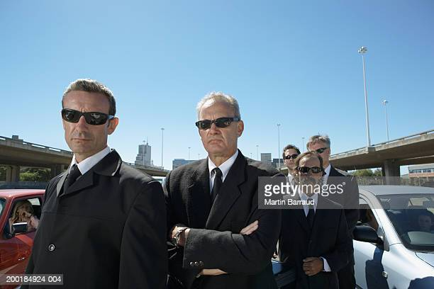 group of businessmen, wearing sunglasses outdoors by cars - dureza - fotografias e filmes do acervo
