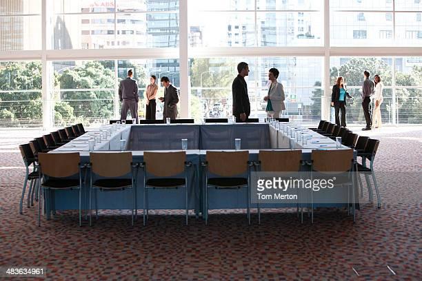 grupo de empresários em reunião quarto com janela ampla - figurantes incidentais - fotografias e filmes do acervo