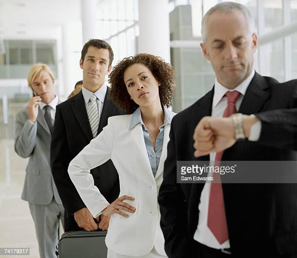 group of businesspeople waiting in line - ongeduldig stockfoto's en -beelden