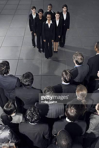 Gruppe von Geschäftsfrauen, die bei anderen Arbeitgebern