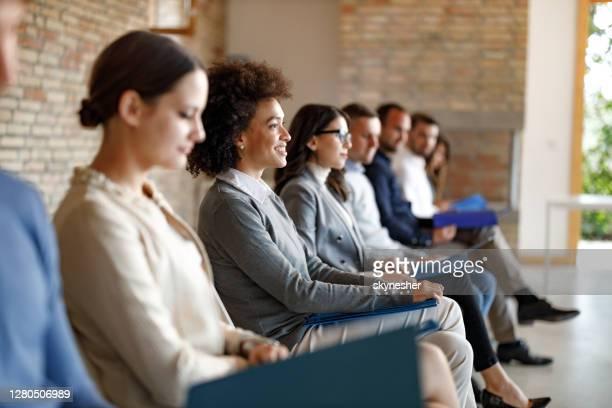 gruppe von kandidaten, die auf ein vorstellungsgespräch im büro warten. - kandidat stock-fotos und bilder
