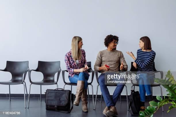 groupe de candidats attendant un entretien d'embauche - candidat photos et images de collection